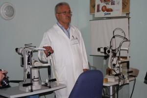 Professor Cusnir med utstyr gitt fra Norge