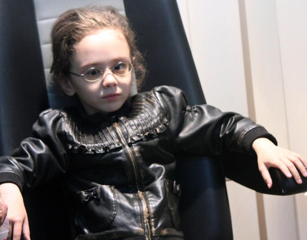 2014 10 Jente i stolen med brille