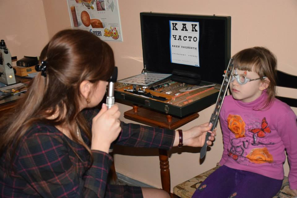 2015 01 Tiraspol Nr 44 Tatiana undersøkjer jente