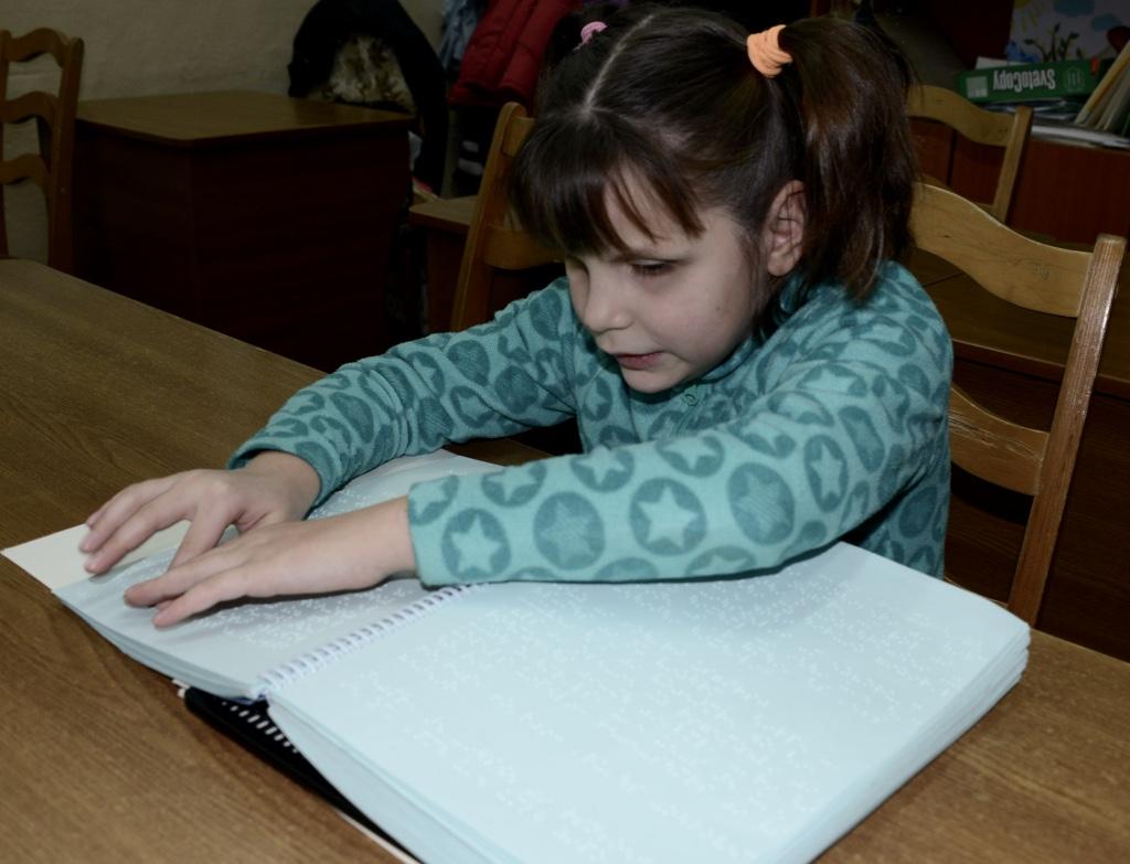 2015 11 26 Blindeskulen Jente les blindebok