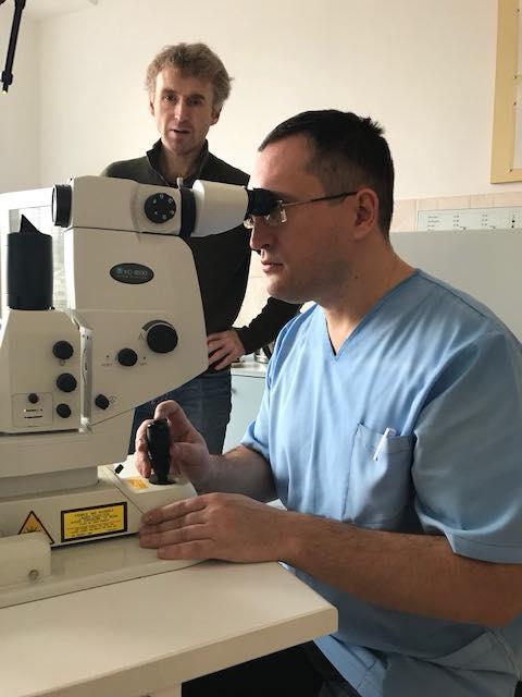 Arvid gir opplæring ny laser